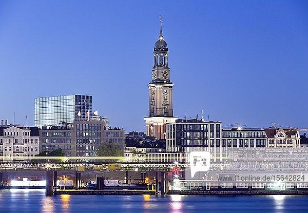 Evangelische Hauptkirche Sankt Michaelis zur blauen Stunde  St. Pauli  Hamburg  Deutschland  Europa