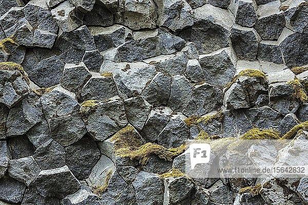 Vulkanische Basaltsäulen  an der Straße 250  Südisland  Island  Europa