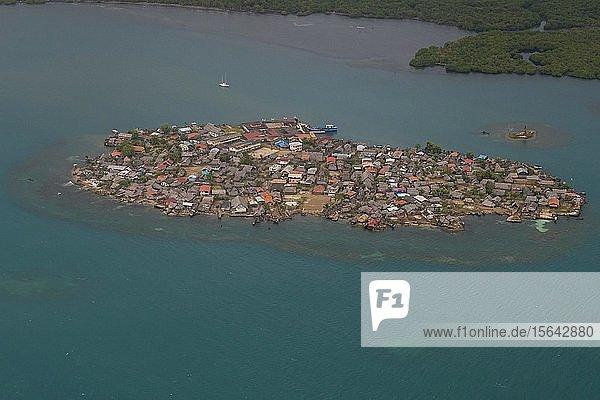 Luftaufnahme einer dicht besiedelten Insel  San Blas Inseln  Kuna Yala  Panama  Mittelamerika