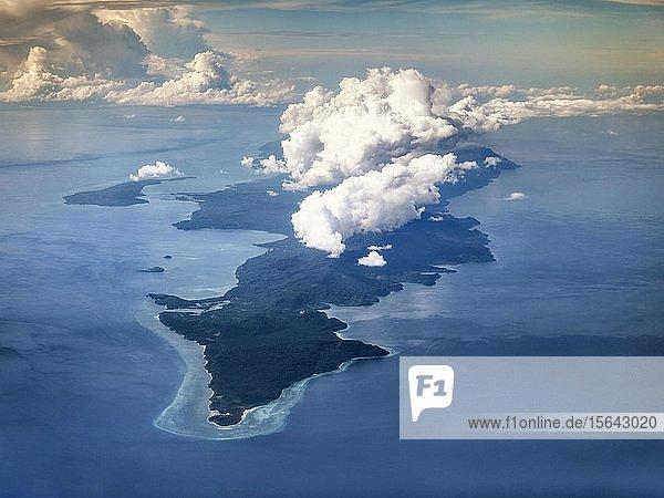 Luftaufnahme Südspitze Insel Selayar mit Saumriff und Wolken  Sulawesi  Indonesien  Asien