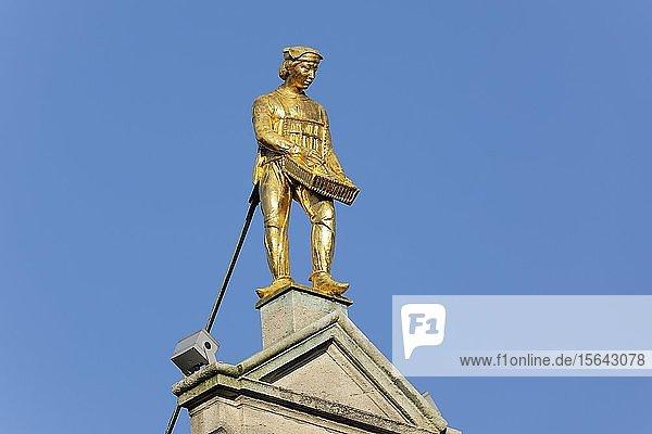 Goldene Figur auf Giebel eines Gildehauses  Grote Markt  Altstadt von Antwerpen  Flandern  Belgien  Europa