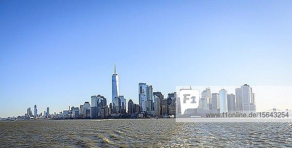 Ausblick vom Hudson River auf die Skyline von Manhattan  New York  New York State  USA  Nordamerika