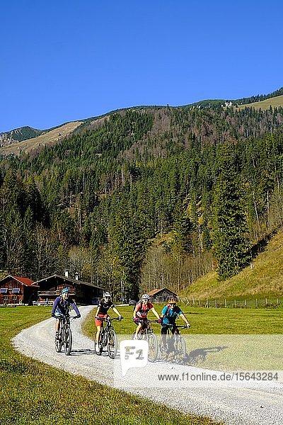Fahrradfahrer  Mountainbiker an der Kloo Aschauer Diensthütte  Kloo-Ascher Tal  bei Bayrischzell  Oberbayern  Bayern  Deutschland  Europa