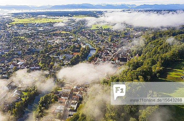 Luftaufnahme  Altstadt von Wolfratshausen mit Loisach und Kirche St. Andreas im Morgennebel  hinten Alpenkette  Oberbayern  Bayern  Deutschland  Europa