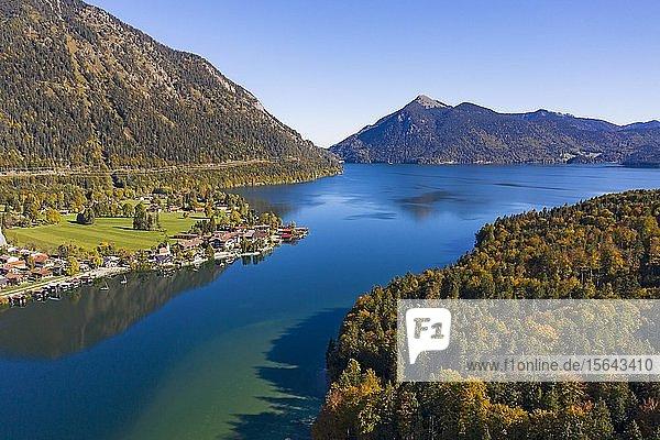 Walchensee mit Ortschaft Walchensee  hinten Jochberg  Luftaufnahme  Oberbayern  Bayern  Deutschland  Europa
