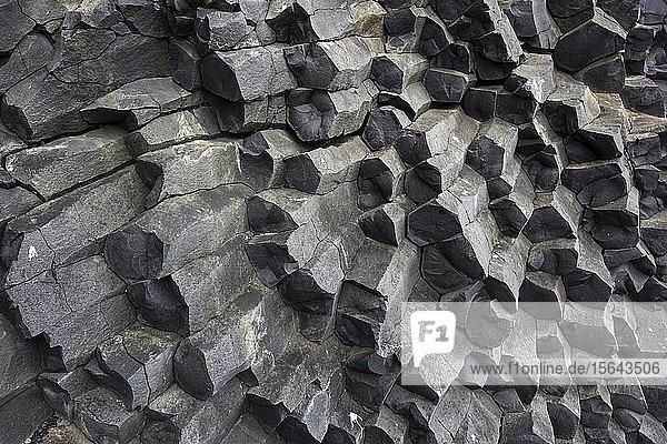 Basaltsäulen am schwarzen Lavastrand Reynisfjara  bei Vik  Südisland  Island  Europa
