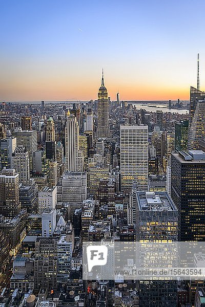 Ausblick auf Midtown und Downtown Manhattan und Empire State Building vom Top of the Rock Observation Center bei Sonnenuntergang  Rockefeller Center  Manhattan  New York City  New York State  USA State  USA  Nordamerika