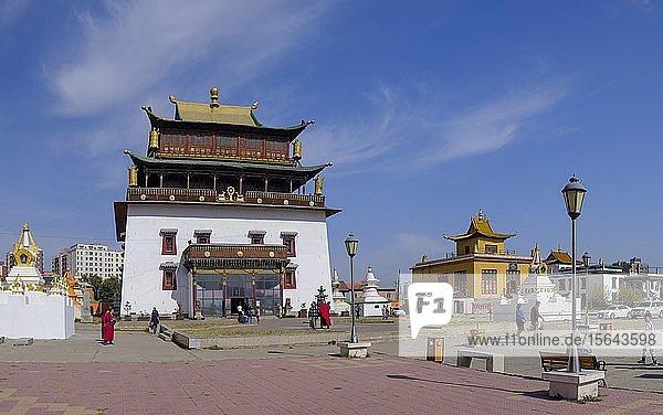 Haupthalle für die 26 Meter hohe Statue der Göttin Janraisig  Sanskrit Avalokiteshvara  im Kloster Gandan  Migjid Janraisig Süm  Gandan Khiid  Ulan Bator  Mongolei  Asien
