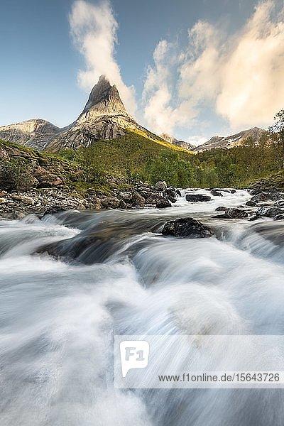Stetind  norwegischer Nationalberg  vorne Wildbach  Tysfjord  Ofoten  Nordland  Norwegen  Europa