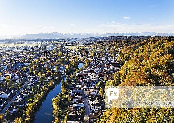 Altstadt Wolfratshausen mit Loisach und Bergwald  Luftbild  Oberbayern  Bayern  Deutschland  Europa