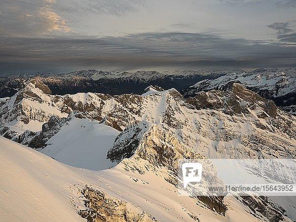 Blick bei Sonnenuntergang in Richtung Altman und Österreich vom Säntis  Alpstein  Appenzell  Schweiz  Europa
