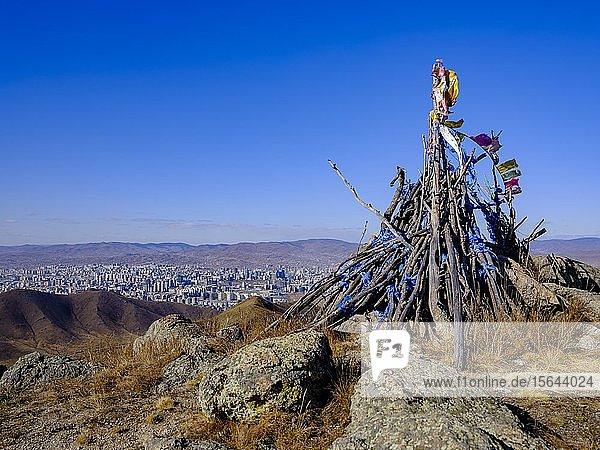 Khatas  Gebetsfahnen markieren einen Gipfel und heiligen Ort  hinten Ulan Bator  Mongolei  Asien