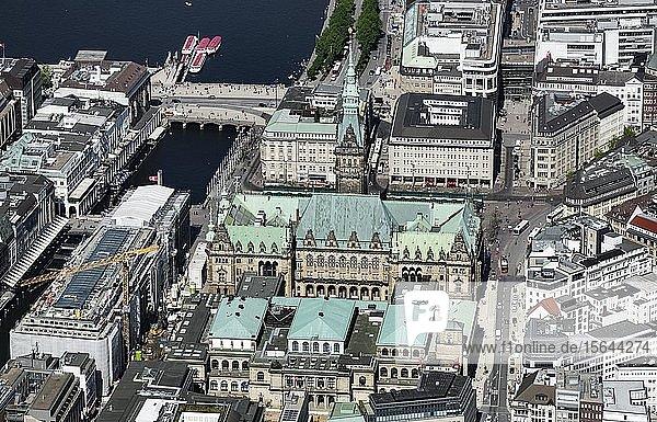Luftbild  Rathaus der Freien und Hansestadt Hamburg und Handelskammer  Rathausmarkt  Stadtzentrum  Hamburg  Deutschland  Europa