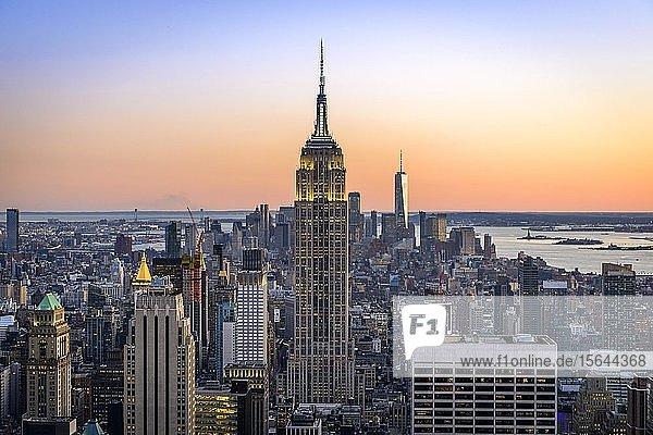 Ausblick auf Midtown und Downtown Manhattan und Empire State Building vom Top of the Rock Observation Center bei Sonnenuntergang  Rockefeller Center  Manhattan  New York City  New York State  USA State  USA  Nordamerika