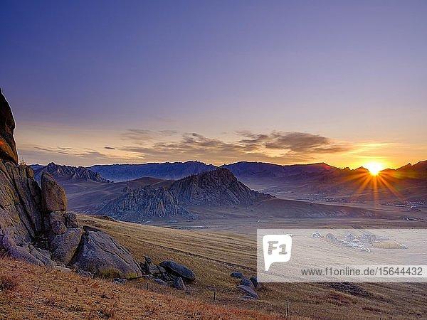 Sonnenaufgang im Gorchi-Tereldsch-Nationalpark  Ulan Bator  Mongolei  Asien