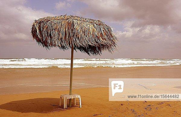 Sonnenschirm am Strand von Georgioupolis  Kreta  Griechenland  Europa