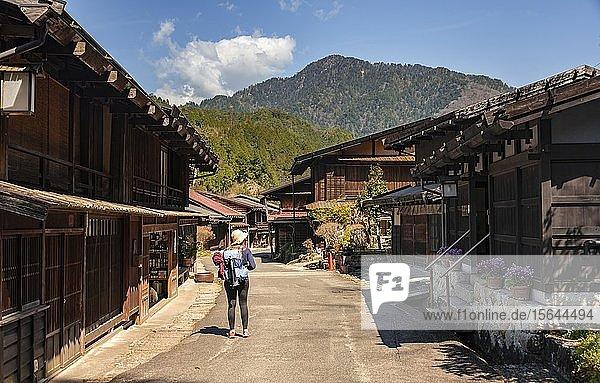 Wanderin auf dem Nakasend? Weg (??? Central Mountain Route)  Altes Dorf an der Nakasend? Straße  traditionelle Häuser  Tsumago-juku  Kiso-Tal  Japan  Asien