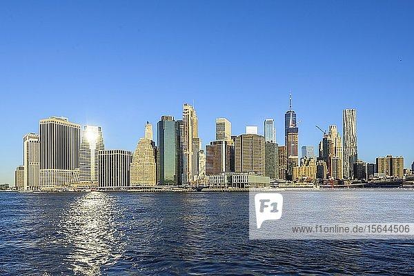 Ausblick vom Pier 1 über den East River auf die Skyline von Manhattan  Dumbo  Downtown Brooklyn  Brooklyn  New York