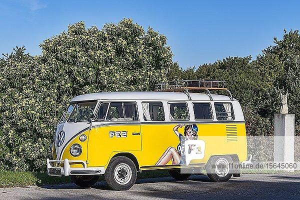 Oldtimer VW T1  Bulli  Baujahr 1967  4 Zylinder  Hubraum 1493 ccm  mit PEZ Werbung  Deutschland  Europa