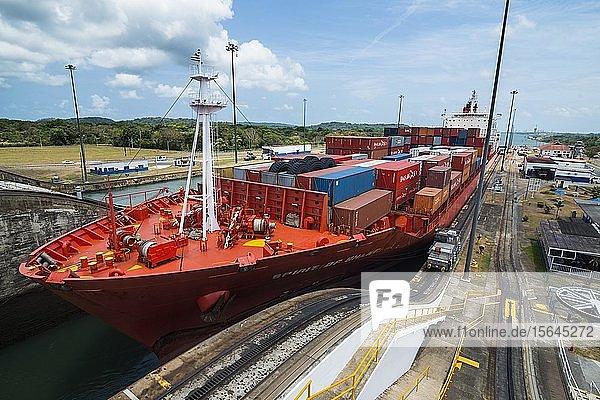 Frachtschiff an der Gatun Schleuse  Panamakanal  Panama-Stadt  Panama  Mittelamerika