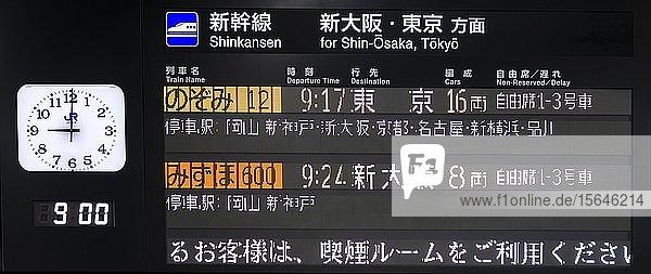 Anzeigetafel auf Japanisch am Bahnhof für Hochgeschwindigkeitszüge  Shinkansen  Hiroshima  Japan  Asien