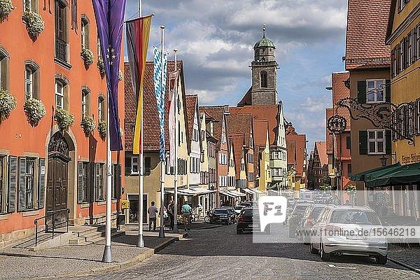 Die Altstadt mit der Stadtpfarrkirche St. Georg von Dinkelsbühl  Mittelfranken  Bayern  Deutschland  Europa