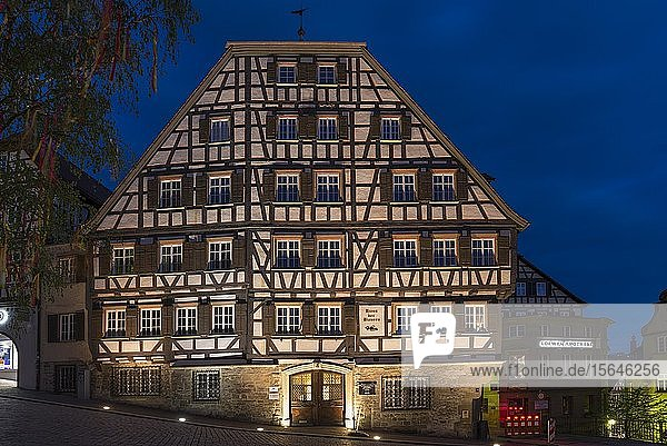 Clausnitzerhaus  historisches Fachwerkhaus in der Abenddämmerung  Schwäbisch Hall  Baden-Württemberg  Deutschland  Europa
