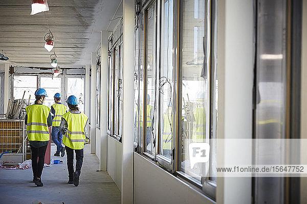 Rückansicht eines weiblichen Mitarbeiters auf der Baustelle