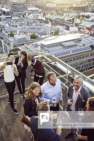 Hoher Blickwinkel auf Geschäftskollegen bei einer Büroparty nach der Arbeit