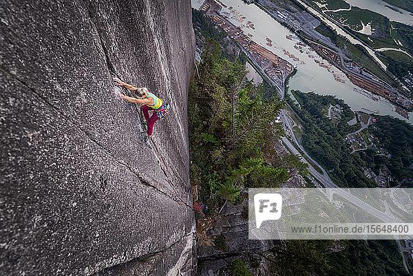 Felskletterer an der Felswand von Heatwave  The Chief  Squamish  Kanada