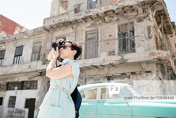 Reisende  die in der Stadt fotografiert  Kuba