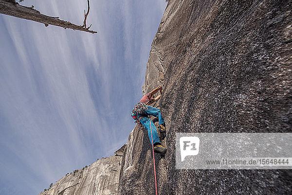 Bergsteiger  der die Hitzewelle erklimmt  auf dem Gipfel des Chief  Squamish  Kanada