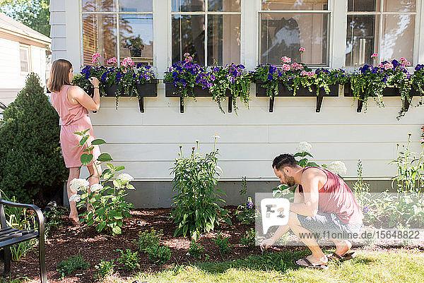 Ehepaar beim Gärtnern auf der Veranda
