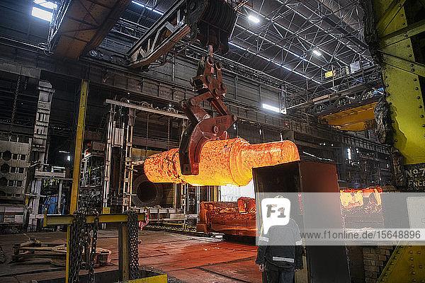 Rotglühender Stahlblock wird zum Schmieden in Stahlwerken gekrant
