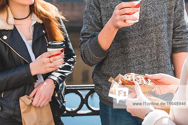 Freunde trinken Kaffee am Fluss