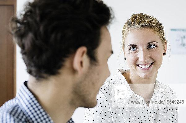 Geschäftsmann und Geschäftsfrau im Gespräch im Amt