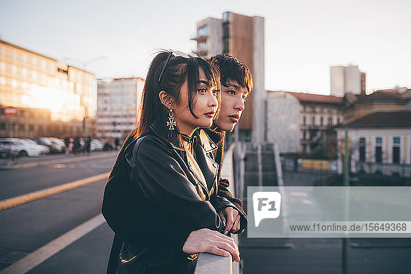 Trendy Paar schaut über die Brücke  Mailand  Italien