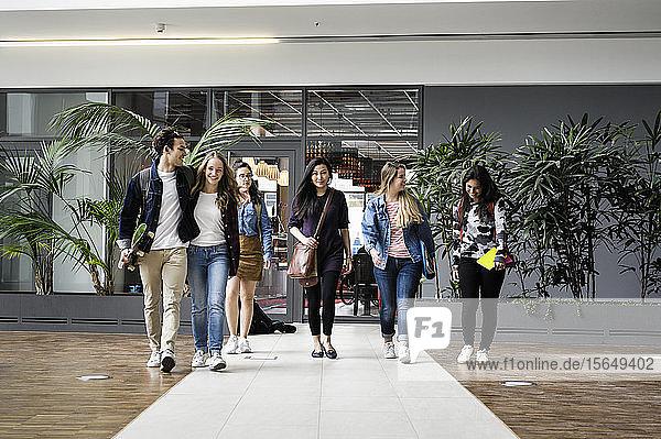 Sprechende und gehende Studenten auf dem College-Gelände