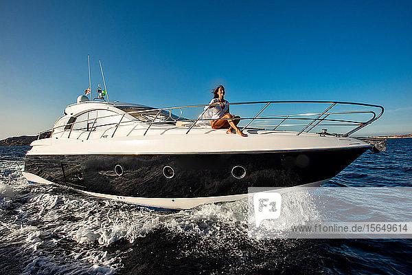 Frau entspannt sich auf Yacht