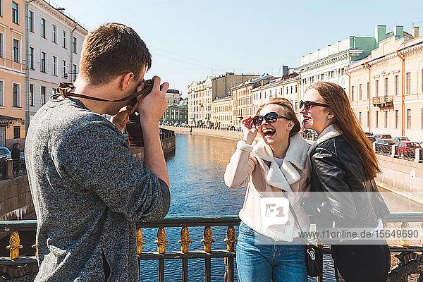 Freunde fotografieren in der Stadt  Sankt Petersburg  Russland