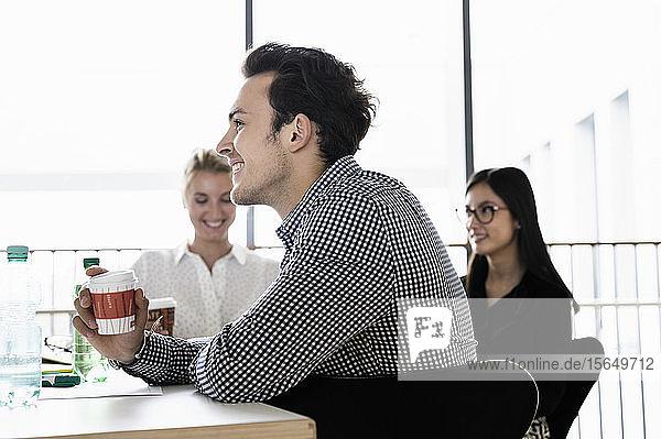 Geschäftsmann und Geschäftsfrauen bei der Sitzung im Amt