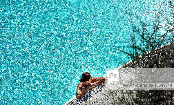 Frau entspannt sich im Schwimmbad