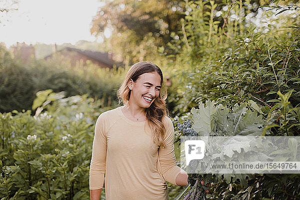 Frau  die in ihrem Garten arbeitet