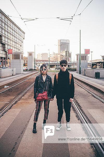 Junges Paar im Bahnhof  Mailand  Italien