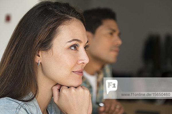 Geschäftsleute hören während einer Sitzung zu