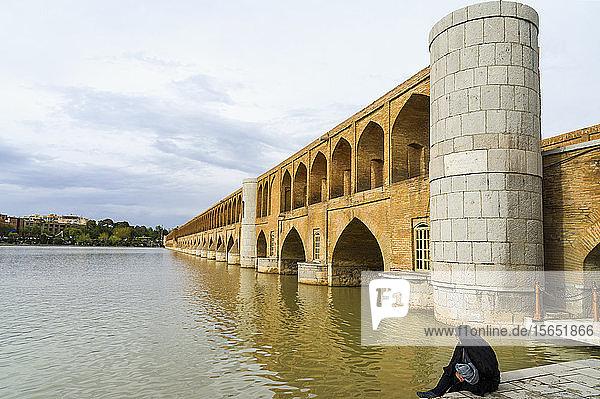 Si-o Se Pol Bridge (Allahverdi Khan Bridge) over Zayanderud River  Esfahan  Iran  Middle East
