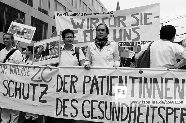 «More labour protection  higher salary  more pension» is the demand of the demonstrators in Zürich city.