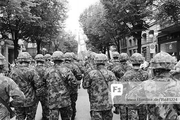 Is the swiss army protecting the Swiss Bank secret at the national day parade in Zürich-City?.