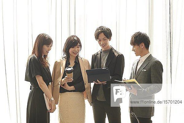 Japanische Geschäftsleute bei einem Treffen