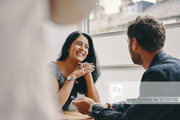 Ehepaar beim Gespräch im Restaurant